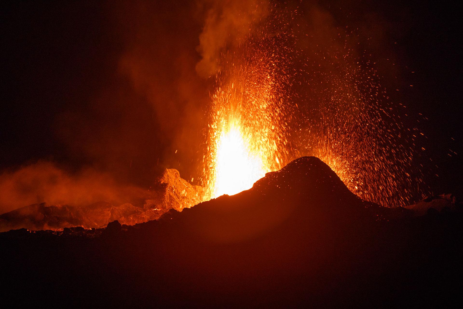 DodoExcursions vue sur le volcan piton de La Fournaise en éruption à l'île de La Réunion